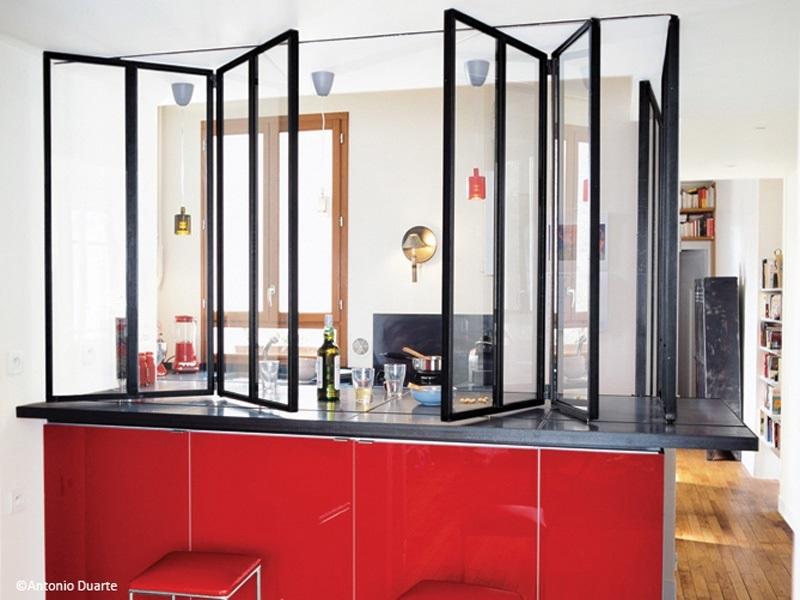 Separation Cuisine Et Salon Avec Verriere Posee Sur Le Bar