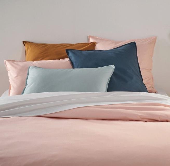 Literie Rosée Avec Coussins Bleus Pétrole Et Jaune