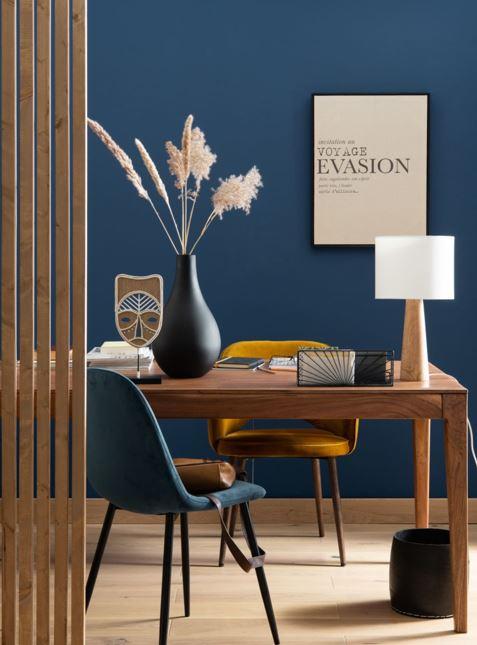 Mobilier Brun Sur Mur Bleu Pétrole