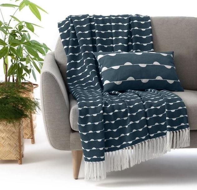 Plaid Bleu à Tâches Blanches Sur Canapé Gris