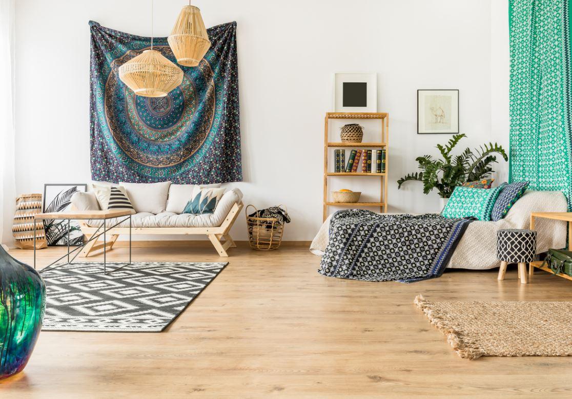 Salon Oriental Moderne Avec Textiles Bleus