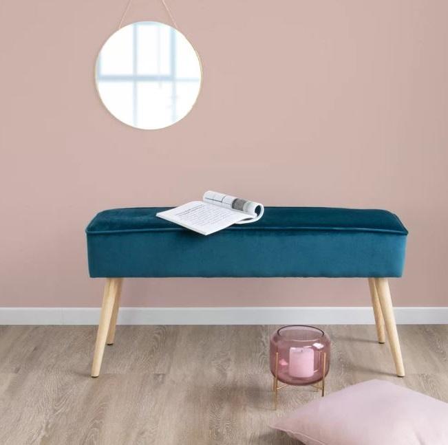 Sofa Bleu Pétrole Sur Mur Rose Pâle