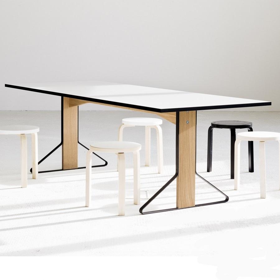 Table Salle A Manger Et Tabourets Minimalistes