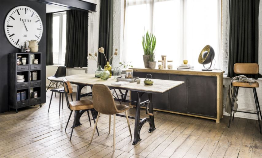 Chaises En Marron Vieilli Et Table En Métal