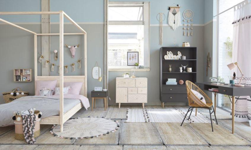 Chambre Grise Avec Touches D'éléments Décoratifs Pastel