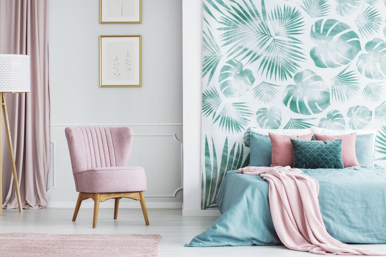Chambre Rose Pastel Et Verte à L'ambiance Fraîchement Tropicale
