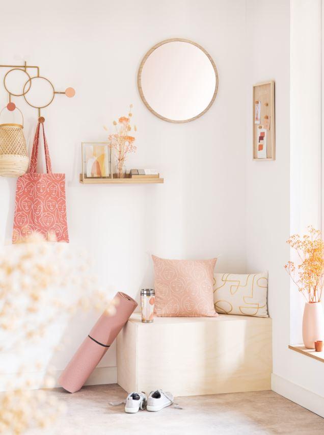 Décoration De Salon Zen En Rose Poudré Avec Miroirs Et étagères Murales
