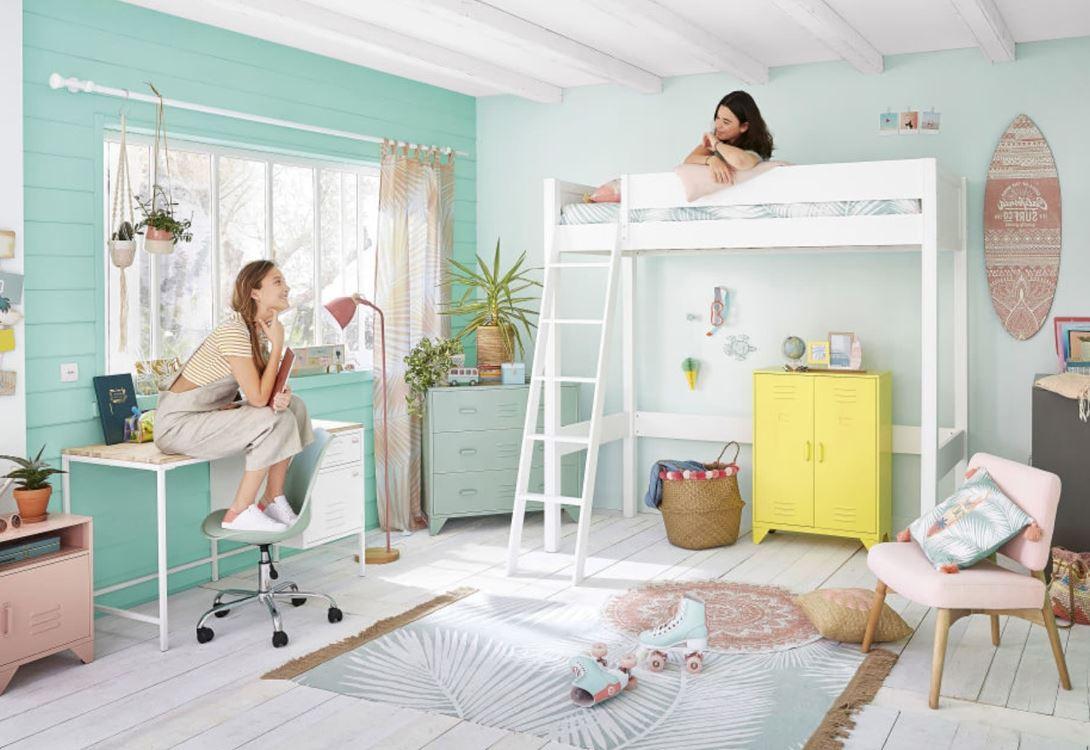 Meubles De Couleurs Pastels Dans Une Chambre D'enfant