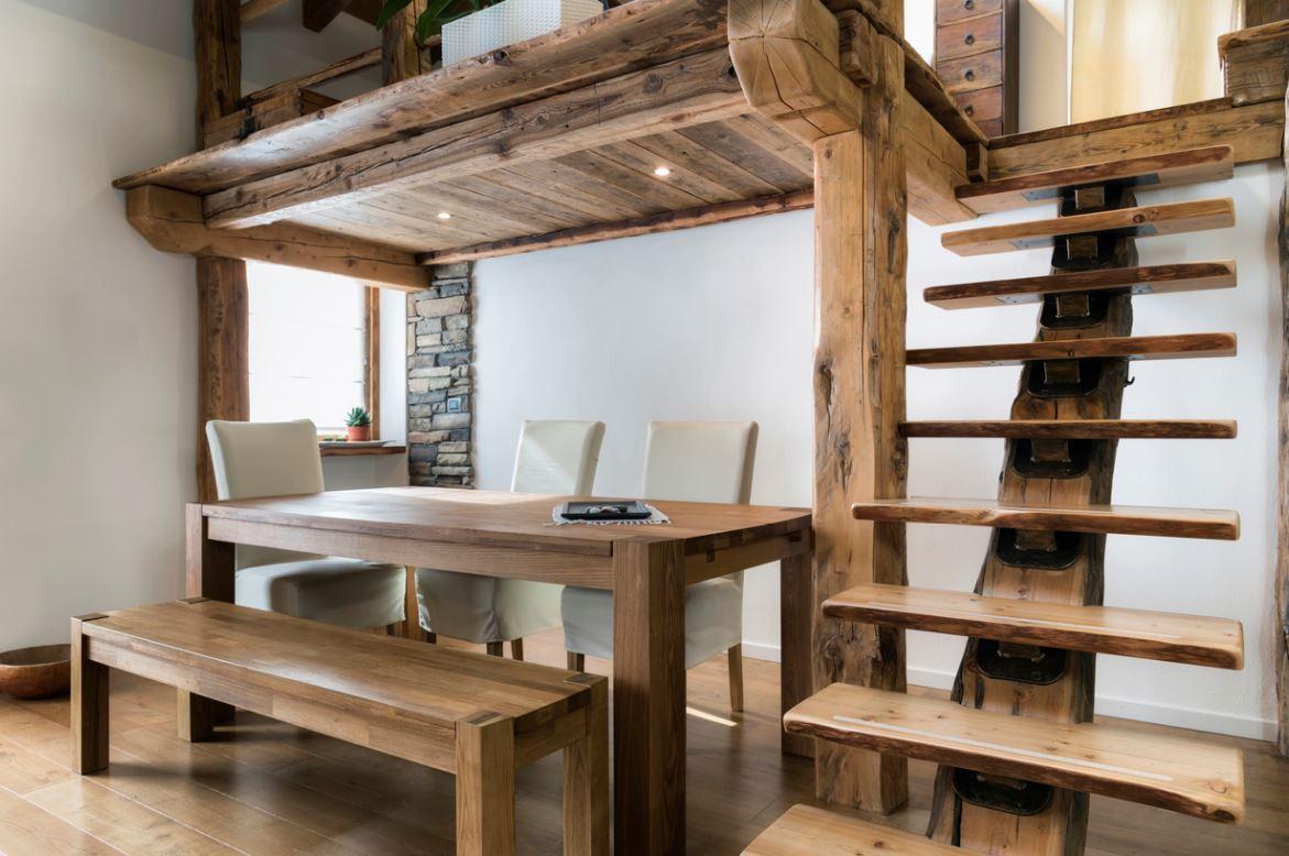 Mezzanine En Bois Rustique Au Dessus De L'espace De Table