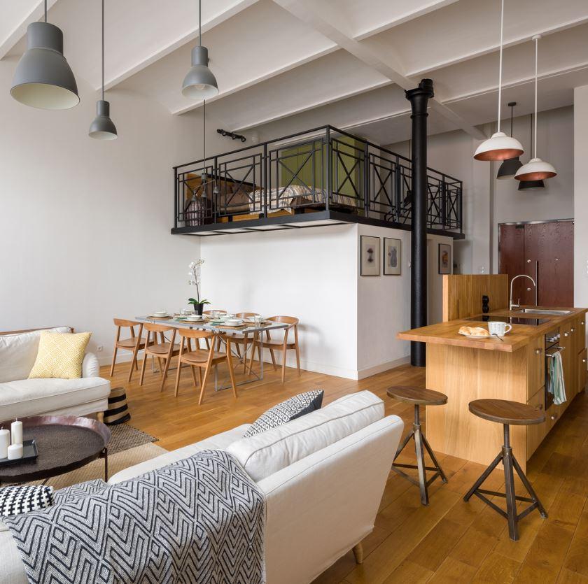 Mezzanine En Verre Et Métal, Ouverte Sur Un Salon Moderne