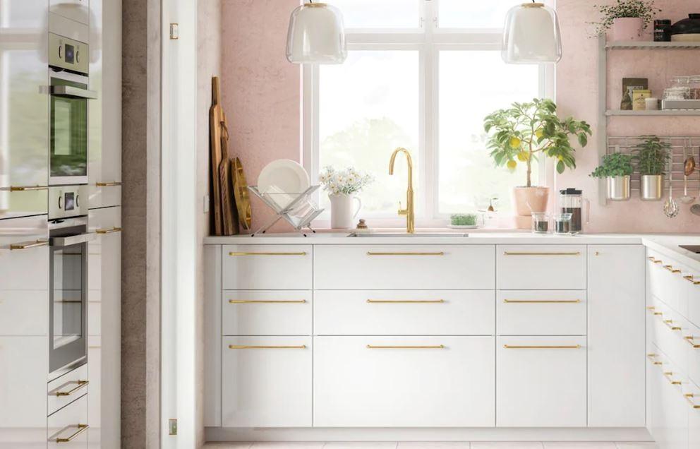 Modèle De Cuisine Avec Murs Rose, Et Meubles Blancs Et Or