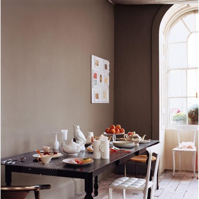 Salle à Manger En Dégradé De Brun Avec Peinture Murale Marron