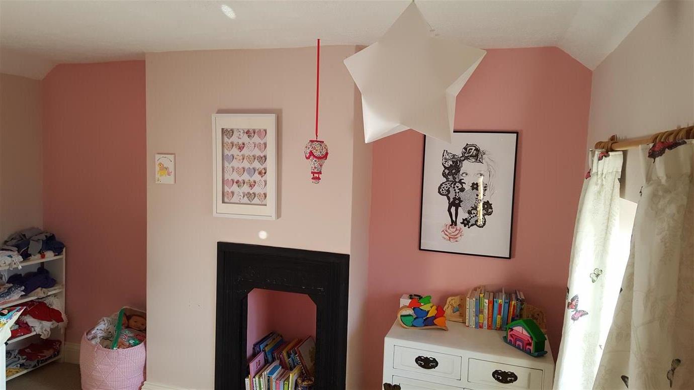 Alliance De Rose Et De Couleur Chair Dans Une Chambre D'enfant