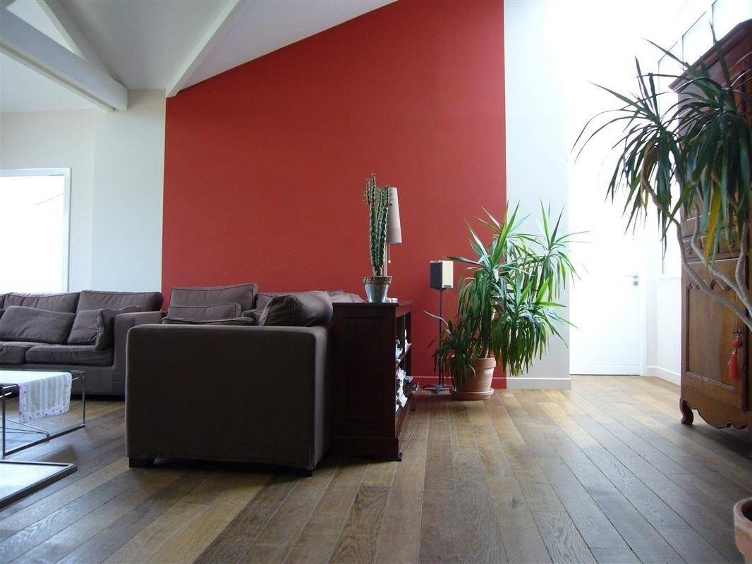 Application D'une Peinture Rouge Vive Dans Le Salon