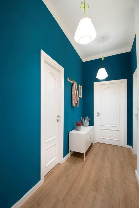Couloir Peint En Classic Blue Pour Un Intérieur De Charme