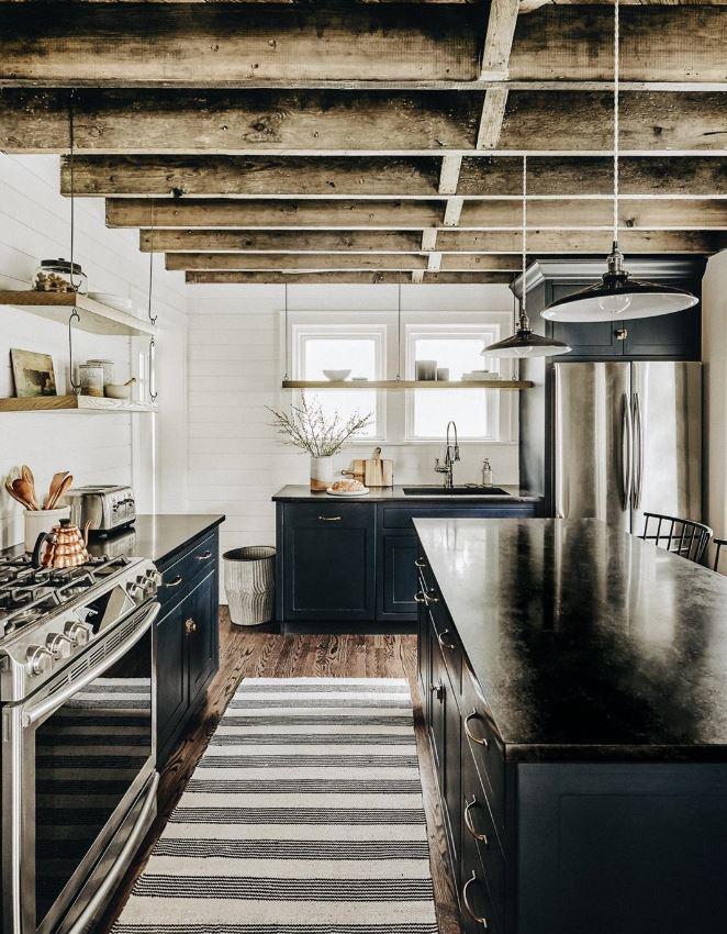 Cuisine Avec Poutre Apparente Dans Un Cottage Avec Mobilier Bleu Sombre