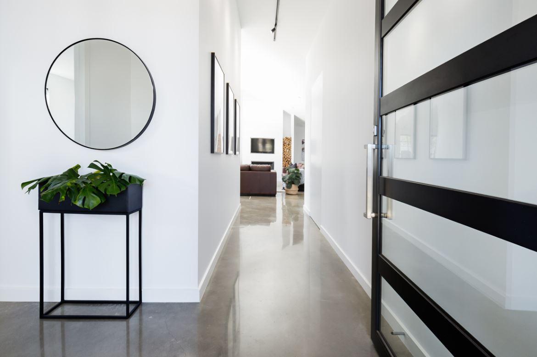 Miroir Rond Dans Un Couloir Noir Et Blanc