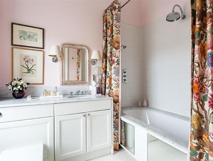 Salle De Bain Utilisant Une Teinte Rose Poudré Et Des Rideaux De Douche Aux Motifs Floraux