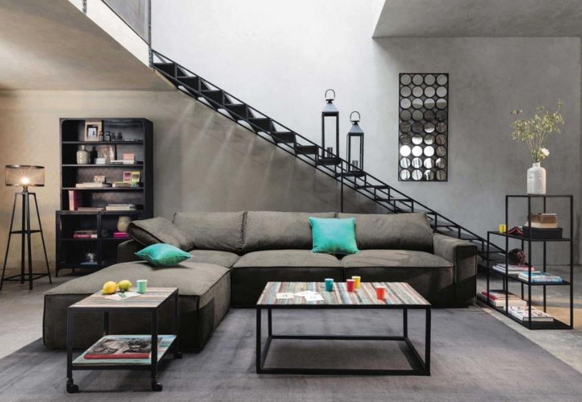 Canapé En Tissu Taupe Dans Un Studio Moderne