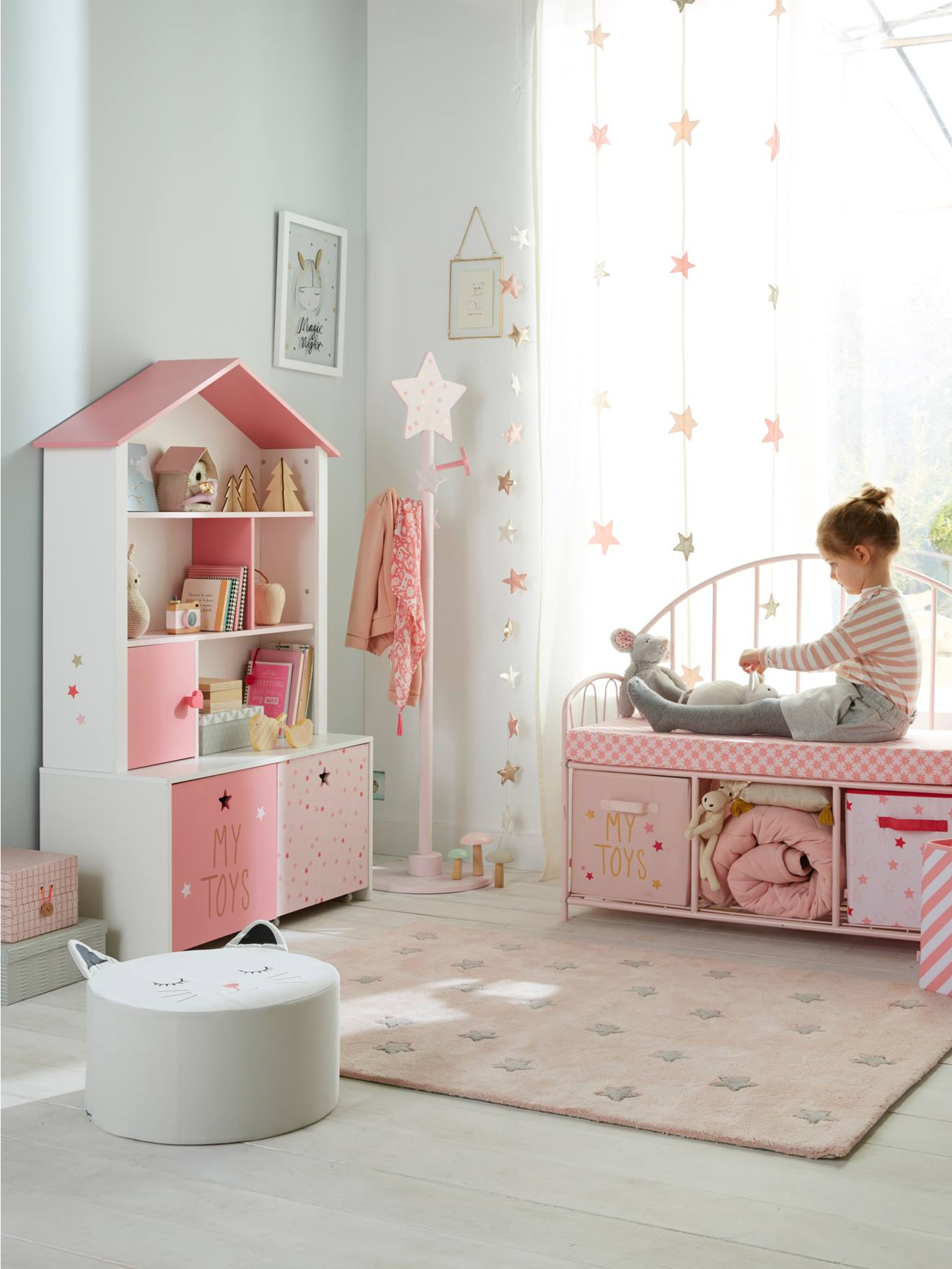 Chambre Avec étagère Ludique Dans Une Chambre De Petite Fille
