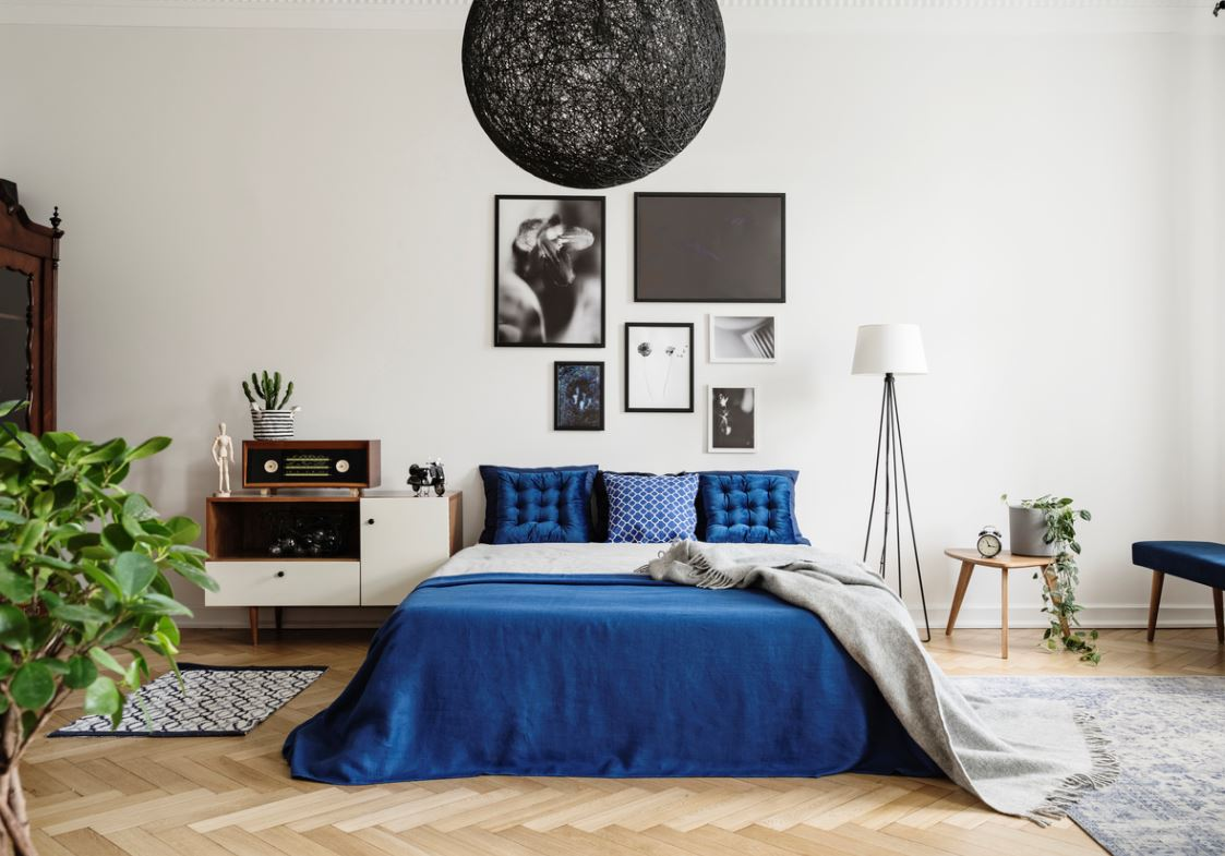 Chambre Avec Une Peinture Murale Blanche Et Textile Bleu Roi