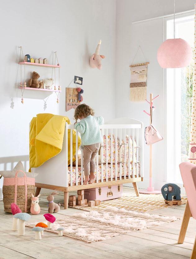 Chambre Pour Petite Fille Avec Des Paniers En Osiers Et Objets Créatifs