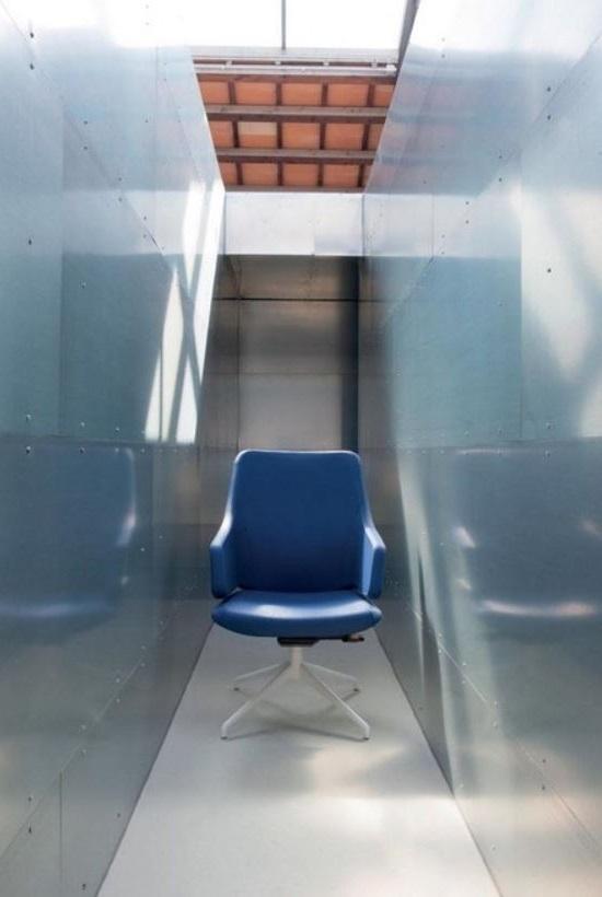 Fauteuil De Bureau Bleu Roi Dans Une Ambiance Moderne