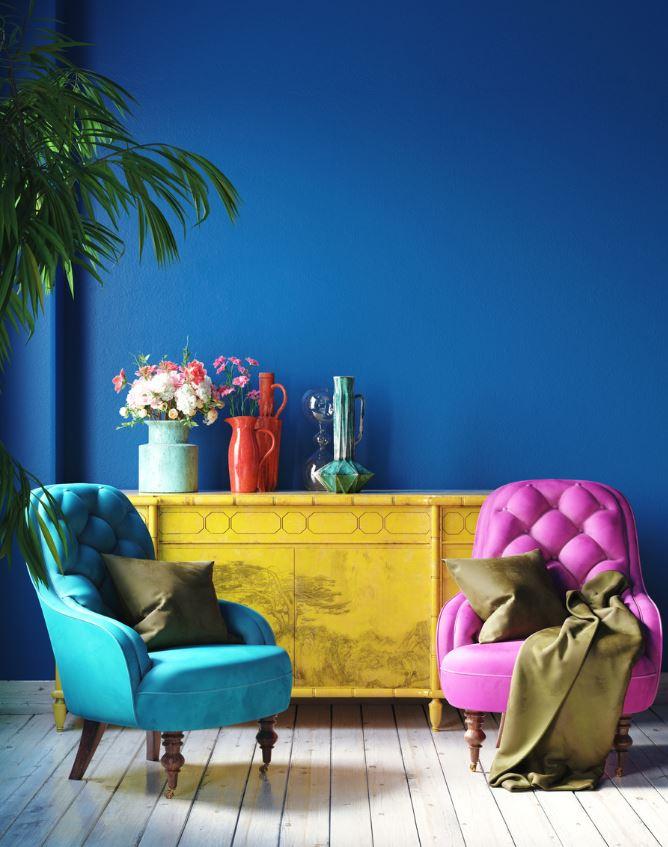 Salon Peint En Bleu Roi Avec Des Fauteuils Aux Couleurs Vives