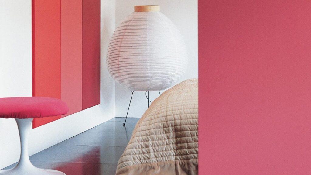 Association De Rouge Et De Rose Dans Une Chambre Avec De La Peinture Murale