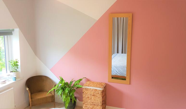Chambre Repeinte Avec Des Formes Graphiques Sur Les Murs