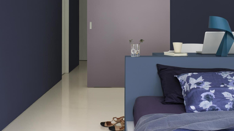 Chambre Violette Et Bleu Avec Des Pans De Murs De Différentes Couleurs
