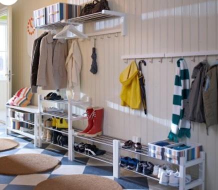 Plusieurs Meubles à Chaussures Sont Installés Dans L'entrée Pour Créer Un Long Espace De Rangement