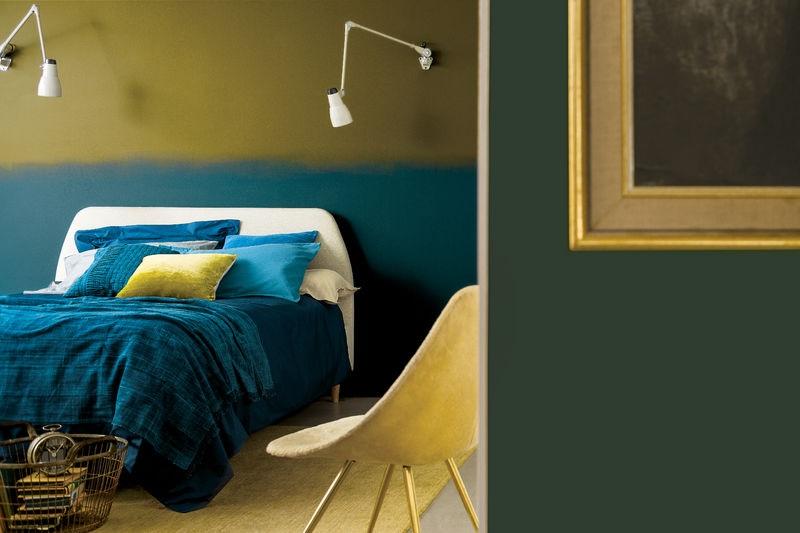 Une Chambre Structurée à L'aide De L'application De Jaune Et De Bleu Sur Les Murs
