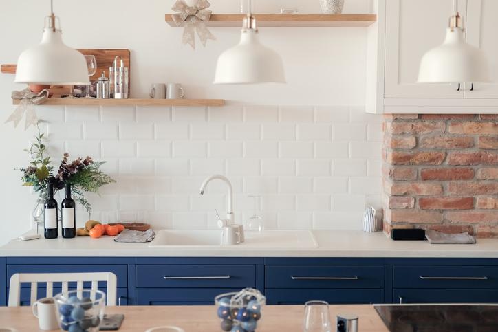 Cuisine Bleue Et Blanche, Avec Un Joli Mur De Brique