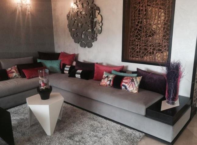 Salon Marocain Avec Canapé Gris Et Coussins
