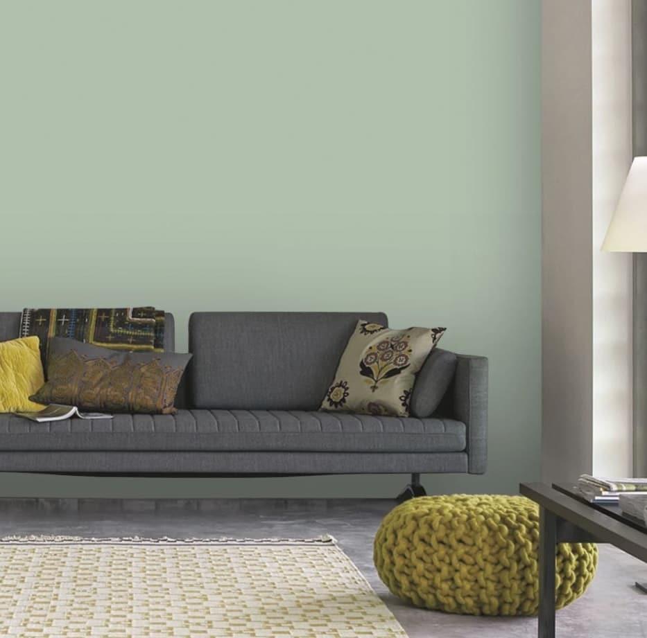 Un Salon Apaisant Dans Les Tons Vert Pastel, Gris Et Des Touche De Couleur Chartreuse
