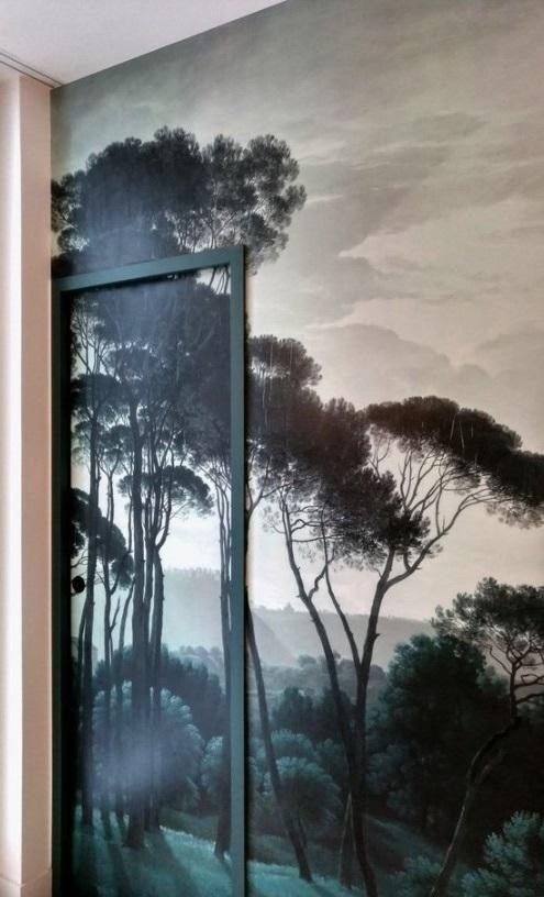 Un Papier Peint Mural Pine Trees Qui Se Prolonge Jusque Sur La Porte