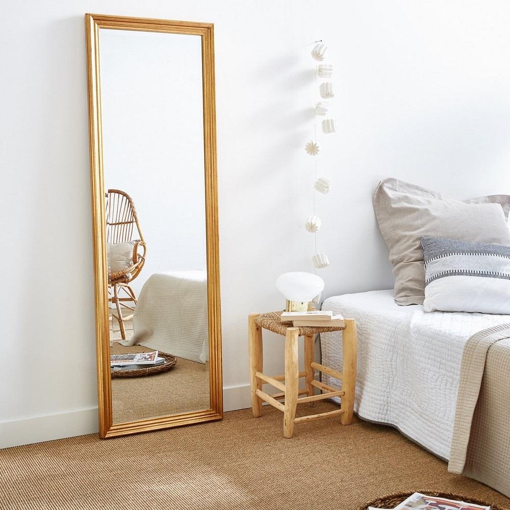 Grand Miroir Dans Une Chambre Sans Fenetre