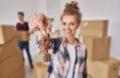 Main étudiante montrant des clefs du nouvel appartement