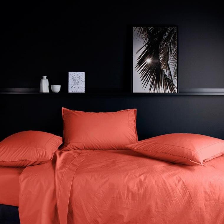 Une Chambre A Coucher En Rouge Orange Et Noir