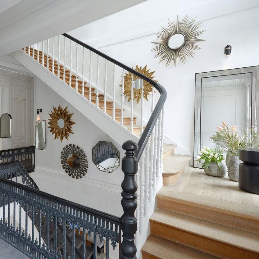 Des Miroirs Pour Illuminer La Cage D'escalier