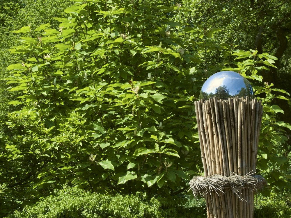 Des Spheres Dans Le Jardin