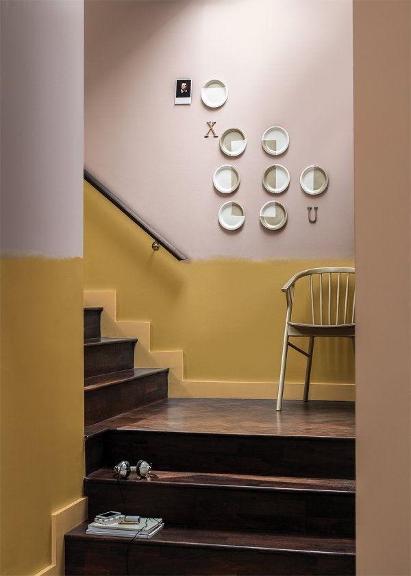 Decorations Murales Et Chaise Sur Le Palier