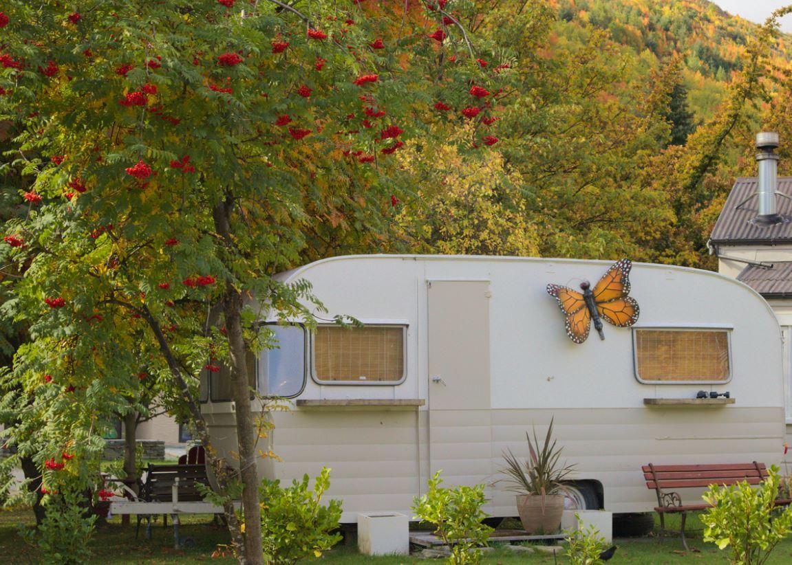 Installer Caravane Dans Le Jardin