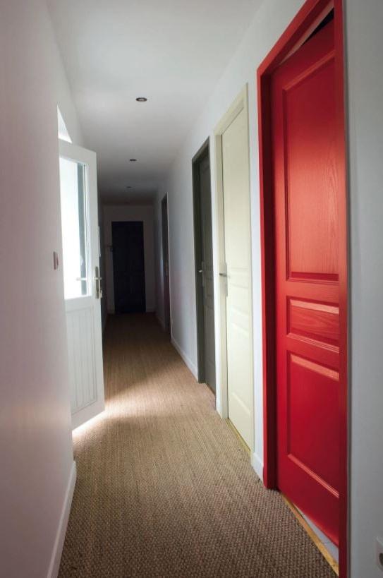 Des Portes Colorees Pour Decorer Un Couloir Etroit